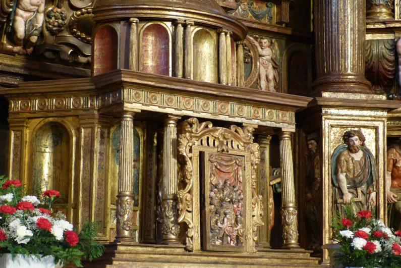 Sagrario sin figuras en el retablo de en la Iglesia de Santa María de Alaejos