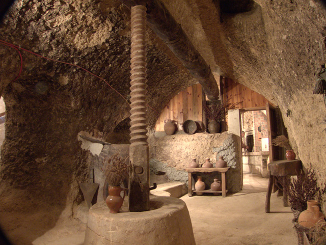 interior de la bodega centenaria Valdesneros en Torquemada