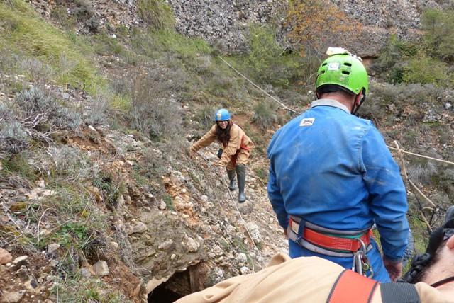 Entrada a la cueva de Fuentemolinos - Destino Castilla y León