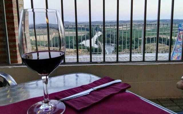 Disfrutando de un vino de Toro desde el mirador del restaurante Juan II – Destino Castilla y León