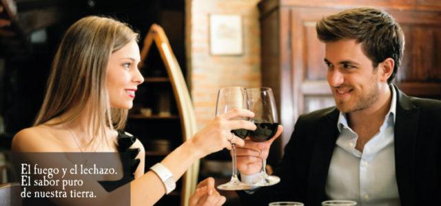 pareja comiendo lechazo_ Fuente de la imagen Asadores de Castilla y León