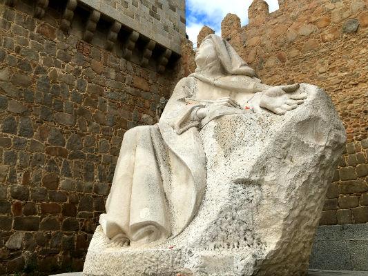 Escultura de Santa Teresa de Jesús al pie de las murallas de Ávila - Destino Castilla y León