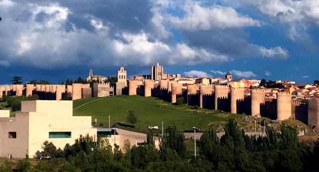 Murallas de Ávila desde los Cuatro Postes - Destino Castilla y León