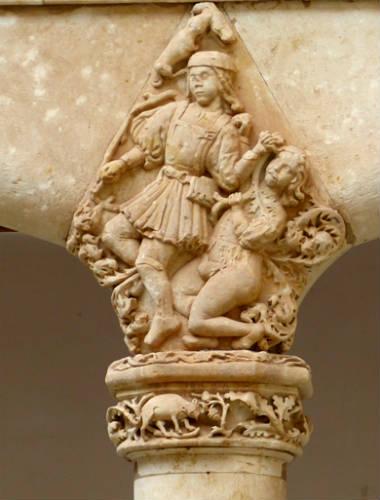 Detalle de uno de los capiteles del Palacio de los Condes de Requena - Destino Castilla y León