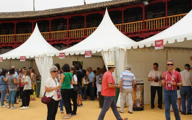 Asistentes a la Feria del Vino de Toro en la plaza - Imagen de la DO. Toro
