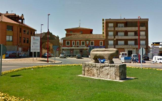 Berraco a las afueras de Toro, también se ve otra puerta de la ciudad - Destino Castilla y León
