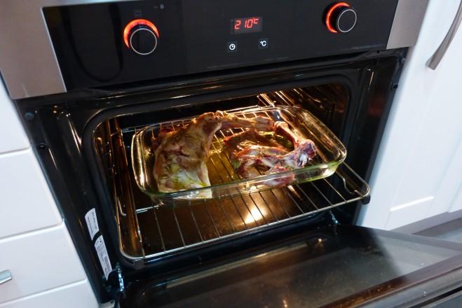 Introducimos el lechazo a asar en el horno