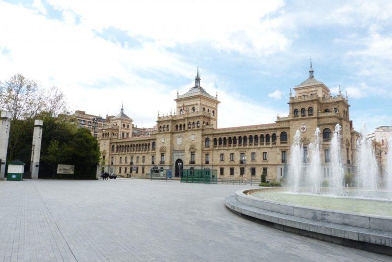 Plaza de Zorrilla con la Academia de Caballería - Destino Castilla y León