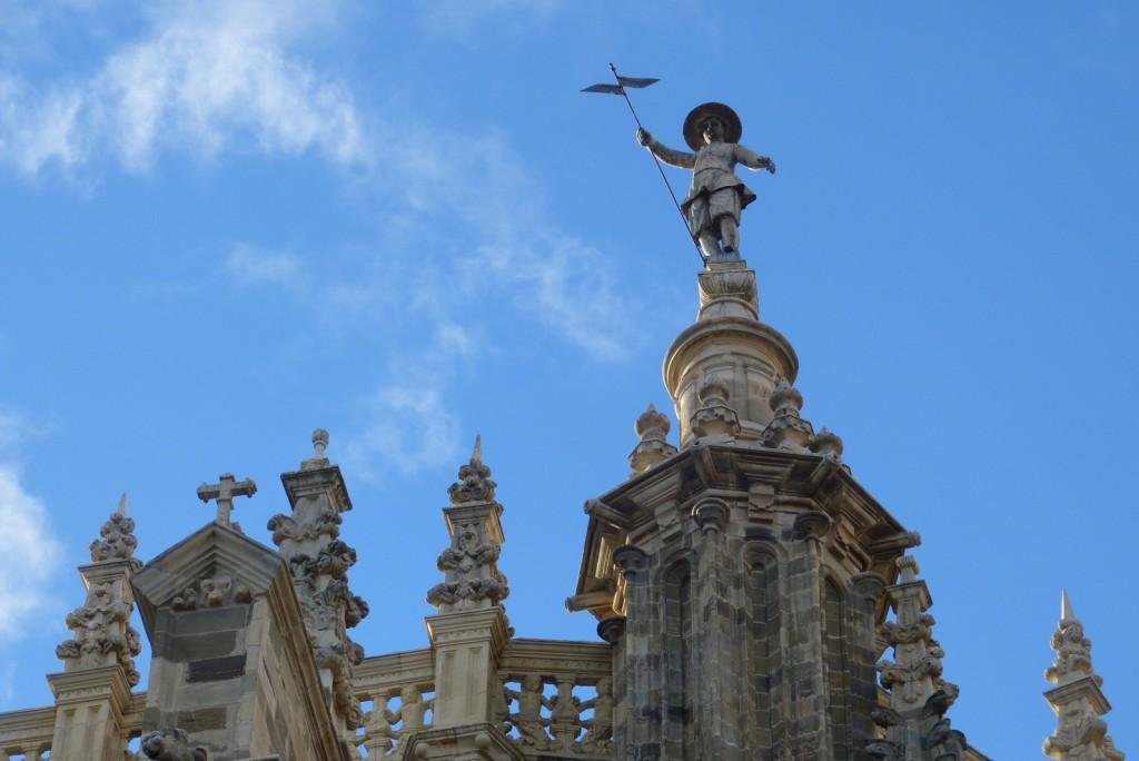 Escultura de un arriero en la veleta de la Catedral