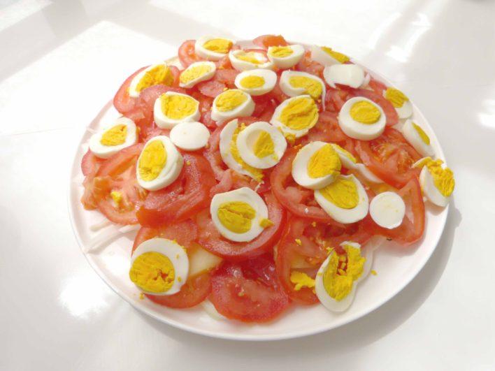 ensalada con el huevo