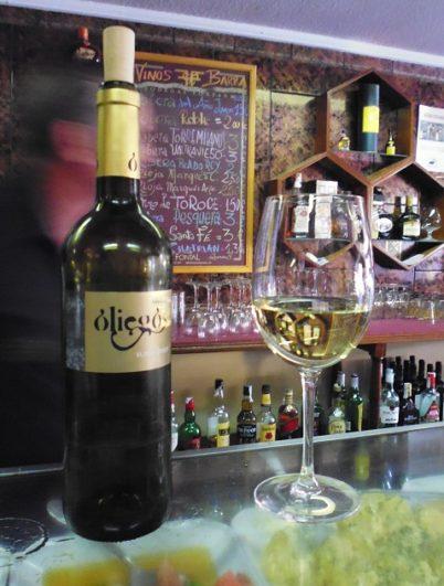Botella y copa de vino Oliegos