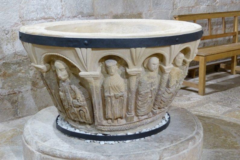 Pila bautismal misteriosa con 14 figuras