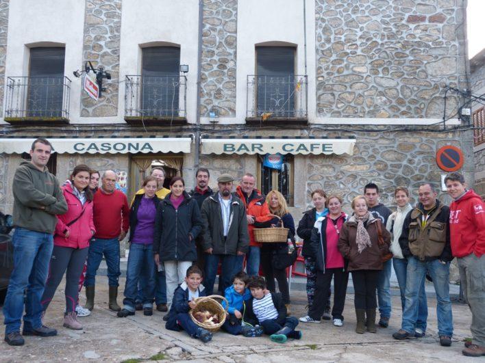 Participantes de la TuitQuedadaMicológica en la plaza de Hoyocasero, Ávila