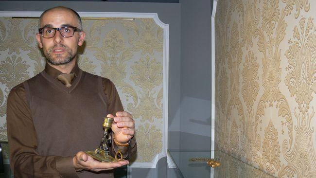 El director del Museo egipcio de León Raúl López López mostrando una de las piezas Fuente: León Noticias