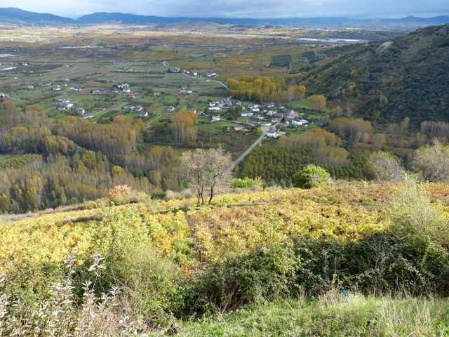 Vistas del paisaje otoñal en el Bierzo desde el mirador de Corullón