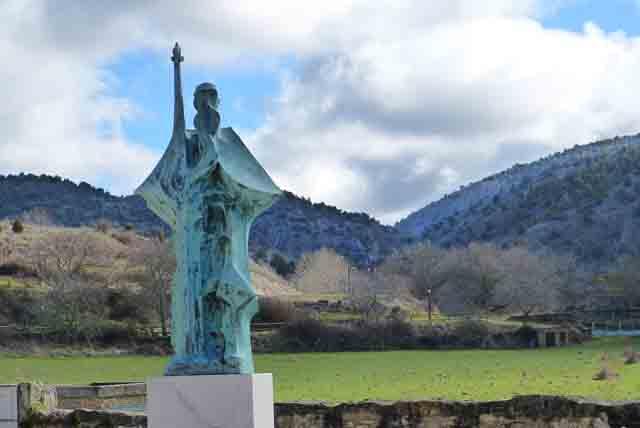 Escultura dedicada a Santo Domingo de Silos