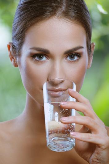 mujer bebiendo agua web