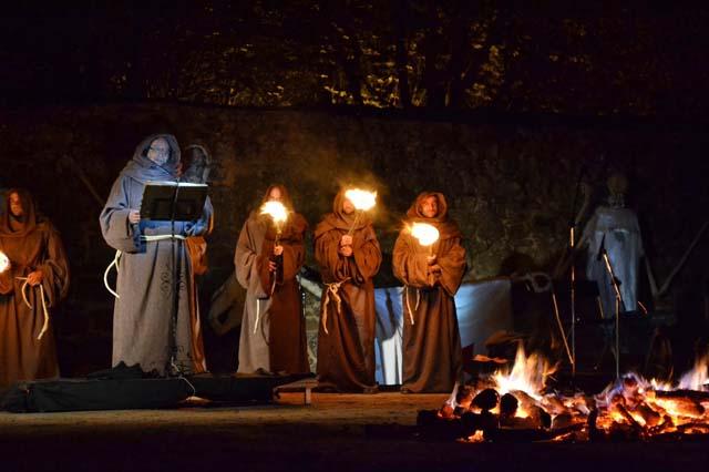 Lectura del cuento en la Noches de las Ánimas Fuente: viajesatrocheymoche.blogspot.com