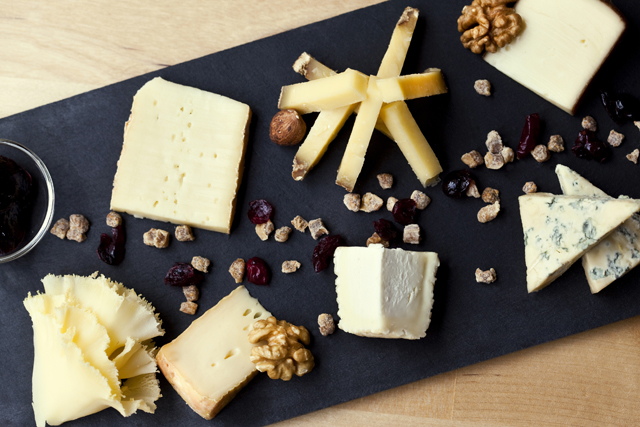 Tabla de quesos con productos de Mykes Gourmet para sorprender en Navidad