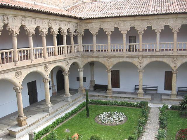 Claustro del convento de las Dueñas en Salamanca