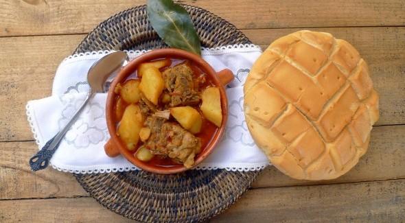 Patatas con espinazo Fuente: biencomidoybienbebido.com