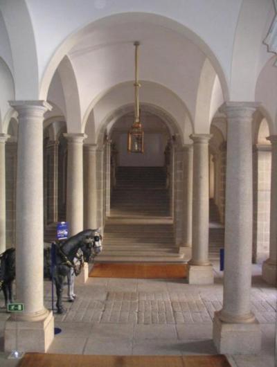 Entrada de carruajes y escaleras de Riofrio - Destino Castilla y León