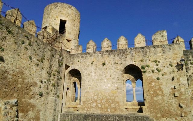 Interior del patio de armas del Castillo de Frías - Destino Castilla y León
