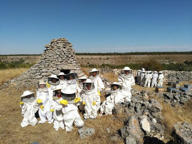 ninos-visitando-miel-montes-de-valveni