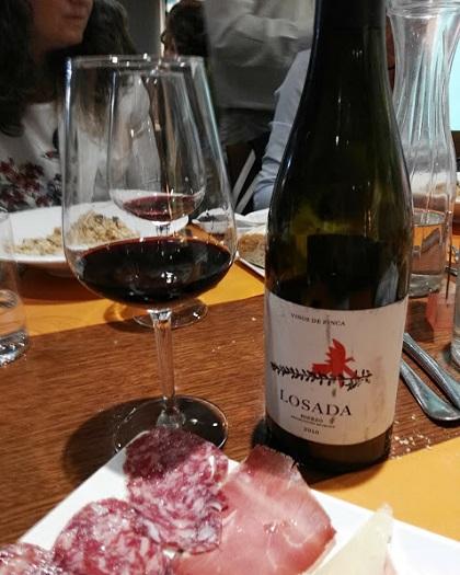 Botella y copa e vino crianza de Bodegas Losada 2012