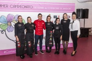 Diego Hernández con las seis participantes