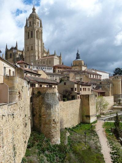 vistas-de-la-catedral-de-segovia-y-muralla