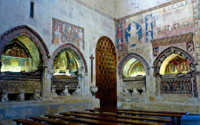 Transepto de la Catedral vieja con sepulcros y policromía