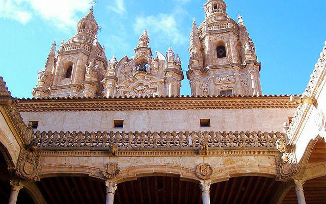 Patio de la Casa de las Conchas, el lugar ideal para ver las torres de La Clerecía - Destino Castilla y León