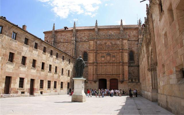 Fachada principal del edificio histórico de la Universidad de-Salamanca - Destino Castilla y León