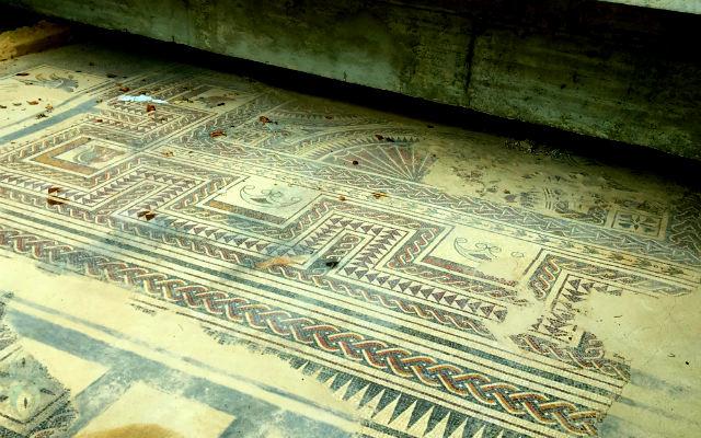 Mosaico romano en medio de una calle de Medinaceli - Destino Castilla y León