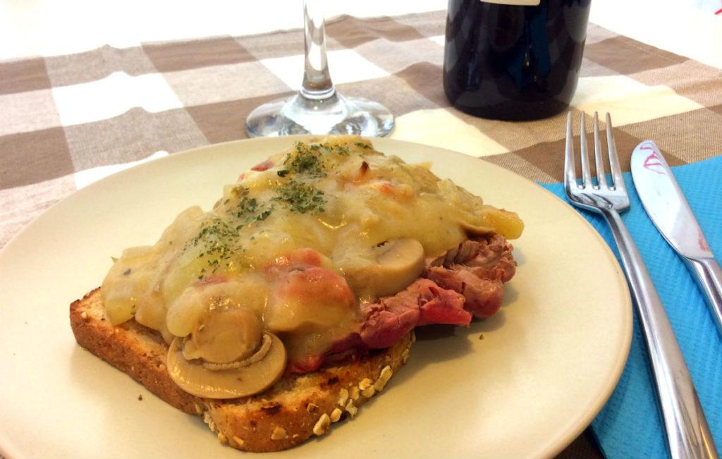 Solomillo con salsa española - Tosta de Solomillo con salsa española - Destino Castilla y León
