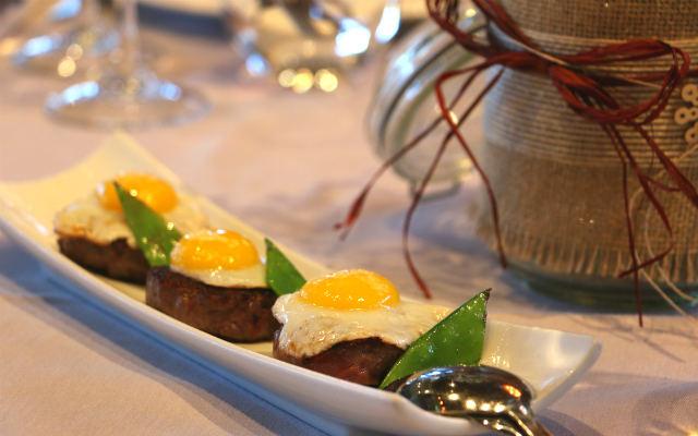 Mini hamburguesas con huevo frito de perdiz - Destino Castilla y León