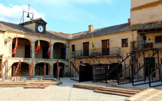 Ayuntamiento en la Plaza Mayor de Pedraza - Destino Castilla y León