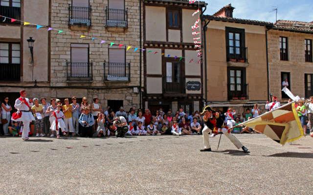 Capitán haciendo bailar la bandera - Imagen de Turismo Ciudad de Frías