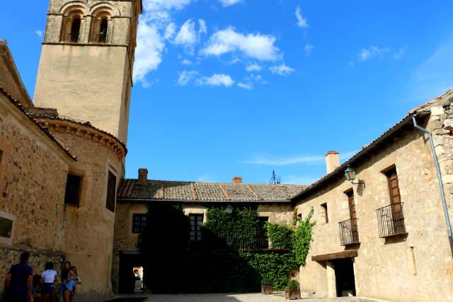 Plazuela tras el ábside de la Iglesia de San Juan de Pedraza - Destino Castilla y León