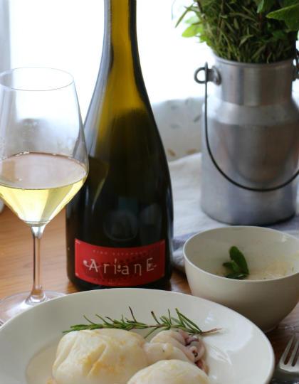 Botella y copa del vino espumoso Ariane