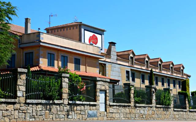 Bodega de jamones ibéricos a la entrada de Guijuelo - Destino Castilla y León