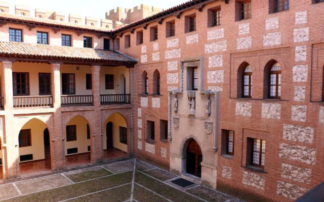 Patio de armas del Castillo de la Mota - Destino Castilla y León