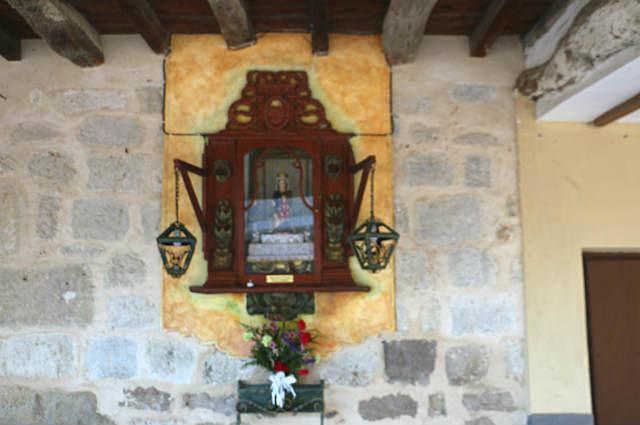 Ornacina con escultura entre las casas de Ampudia - Destino Castilla y León