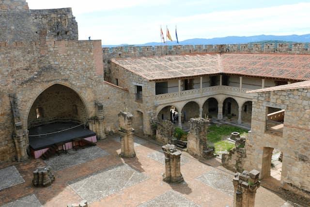 Interior del Castillo de La Adrada, con los restos de la iglesia primitiva - Destino Castilla y León