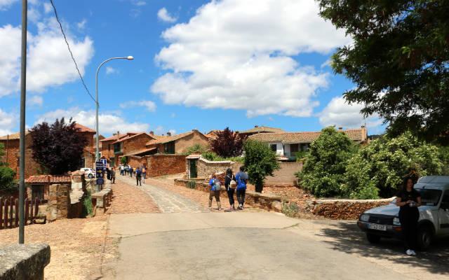 Entrada al pueblo de Castrillo de los Polvazares - Destino Castilla y León