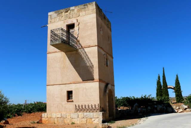Torreón y puerta en la finca de la bodega - Destino Castilla y León