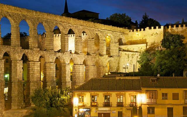 Segovia de noche - Destino Castilla y León