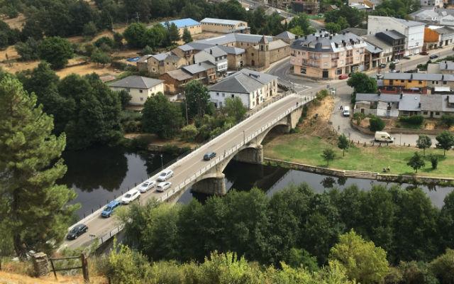 Puente sobre el río en Puebla de Sanabria, y al lado el Convento de San Francisco - Destino Castilla y León