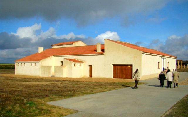 Recreación de la Villa romana típica junto al yacimiento